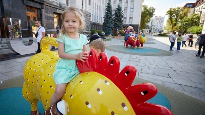 Под Офисом президента обустроили детскую площадку по мотивам работ художницы Марии Примаченко
