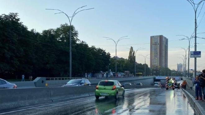 В Киеве во время грозы ветер повалил 150 деревьев. Коммунальщики до сих пор устраняют последствия непогоды