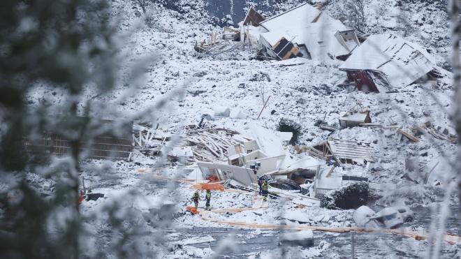 Зсув ґрунту в Норвегії: рятувальники досі шукають під завалами трьох людей. Кількість загиблих зросла до семи