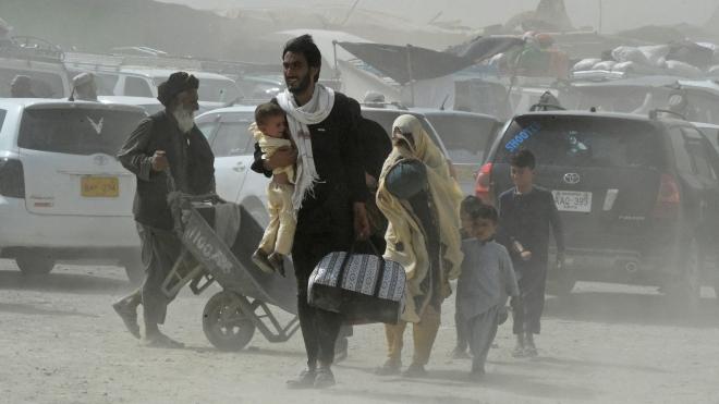 «Я людина з мріями і надіями, яка сьогодні або завтра помре». Афганець Ахмад Шерат Хезарі кілька років працював з американцями, а тепер біля його будинку стоять таліби. Короткий бліц