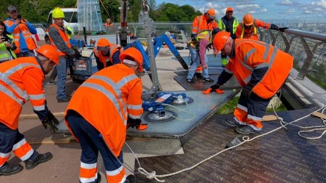 У Києві на пішохідно-велосипедному «мосту Кличка» знову замінили скло