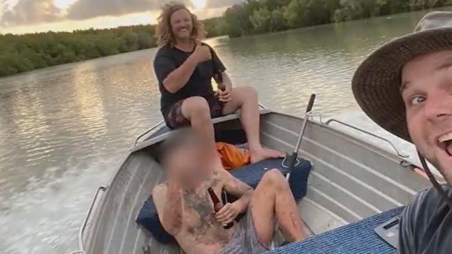 Австралієць втік від правосуддя та потрапив у пастку з крокодилами. Голий та виснажений він сидів на дереві, поки його не врятували рибалки