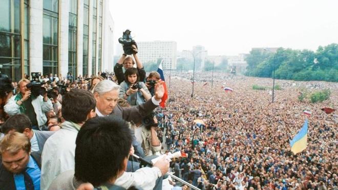 21 серпня 1991 року в Москві провалився ГКЧП, 24-го народилась незалежна Україна. Що відбувалося між цими датами та що під Білим домом робила «Українська сотня» — хроніка одного дня після путчу