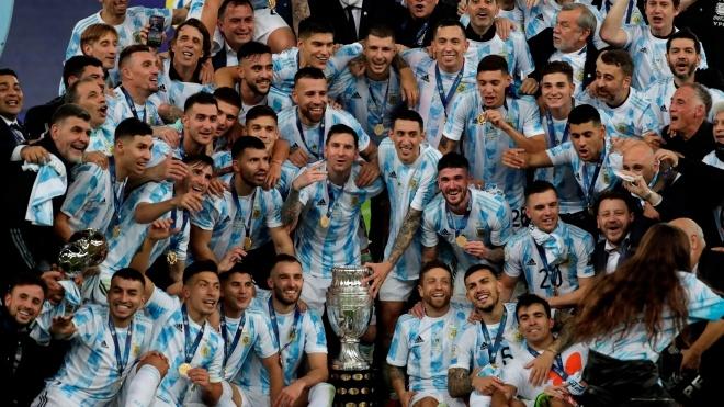 Сборная Аргентины по футболу побеждает Бразилию и добывает трофей Копа Америка