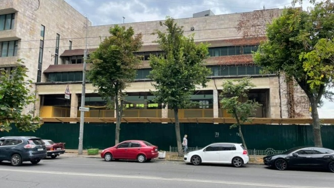 Біля будівлі «Квіти України» приберуть паркан. КМДА анулювала контрольну картку на проведення робіт