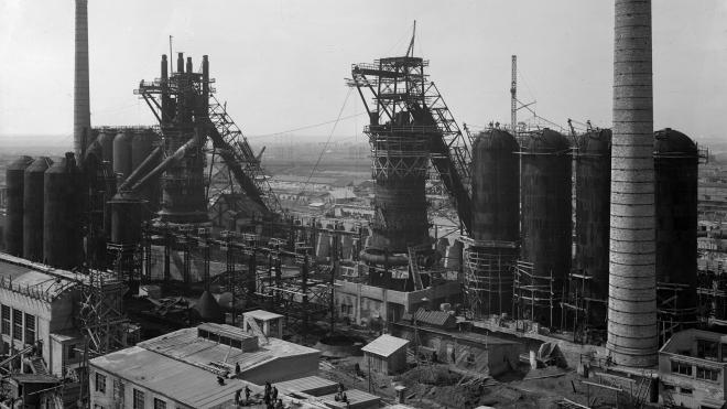 93 роки тому в СРСР стартувала перша п'ятирічка. Побудувати заводи-гіганти і «наздогнати» Захід Сталіну допомогли американські інженери та голодні селяни — історія в архівних фото