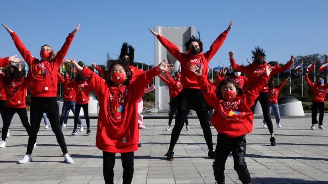 Южная Корея не победила коронавирус, а научилась с ним жить без локдауна. Людей массово тестируют, а врачи-детективы следят за каждым инфицированным по GPS — по материалу Bloomberg