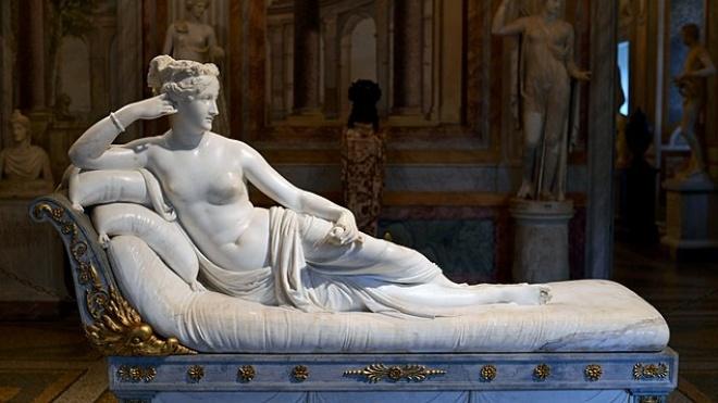 В Італії чоловік фотографувався зі статуєю XIX століття та зламав їй пальці на нозі