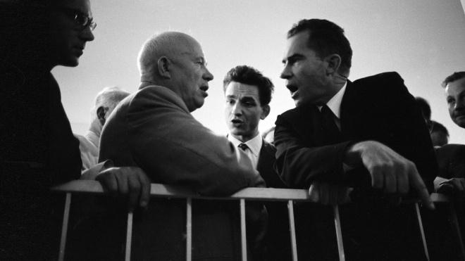 64 года назад Никита Хрущев решил догнать и перегнать США и показать им «кузькину мать». В итоге СССР (временно) выиграл космическую гонку, но остался без еды. Как это было — в архивных фото