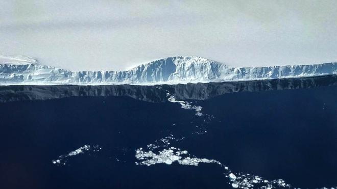 Один з найбільших айсбергів світу розколовся на дві частини. Але він досі може знищити екосистему острова