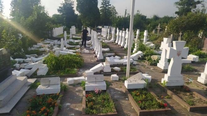 На Львівщині поліція затримала молодика, який пошкодив майже 60 хрестів на могилах січових стрільців