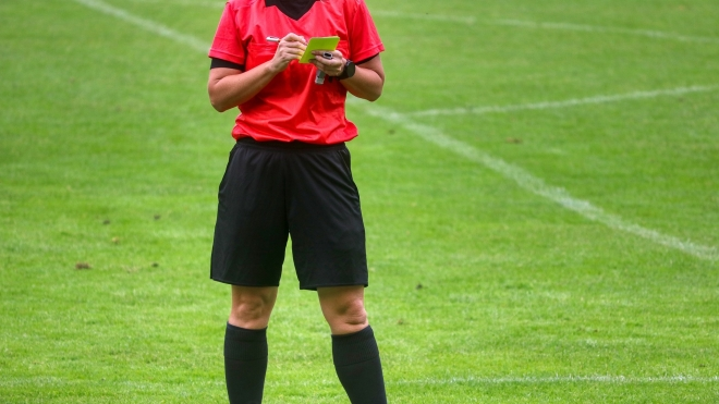 Судьям в Англии разрешили удалять футболистов с поля за «умышленный кашель в лицо»