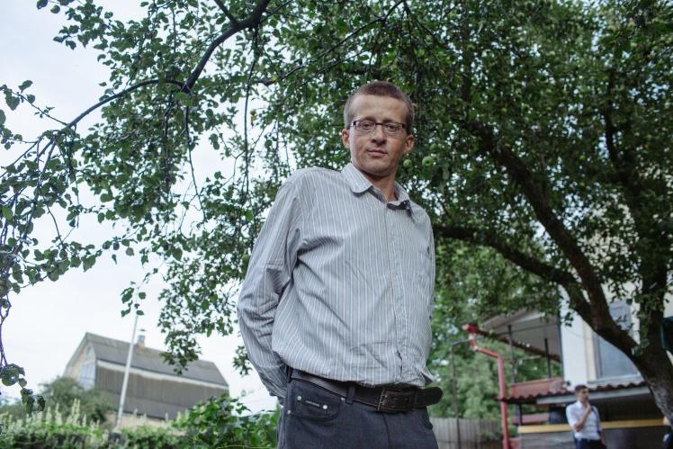 Віктор Ручко у своєму дворі.