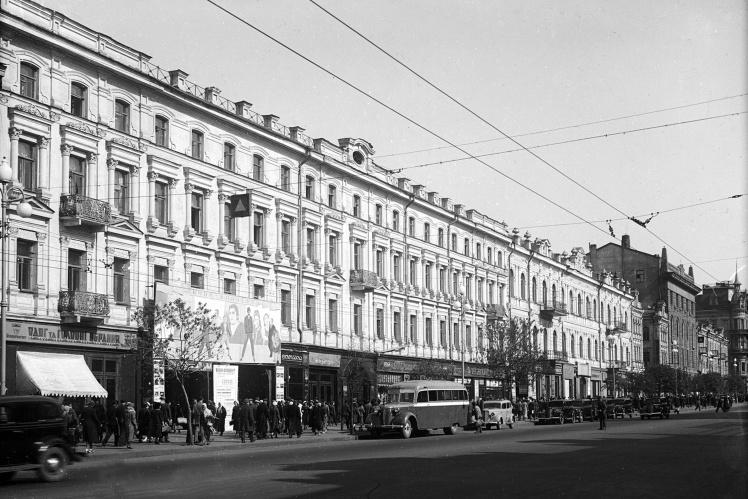 Крещатик между нынешними улицами Прорезной и Богдана Хмельницкого (справа виден «рыцарский дом»).