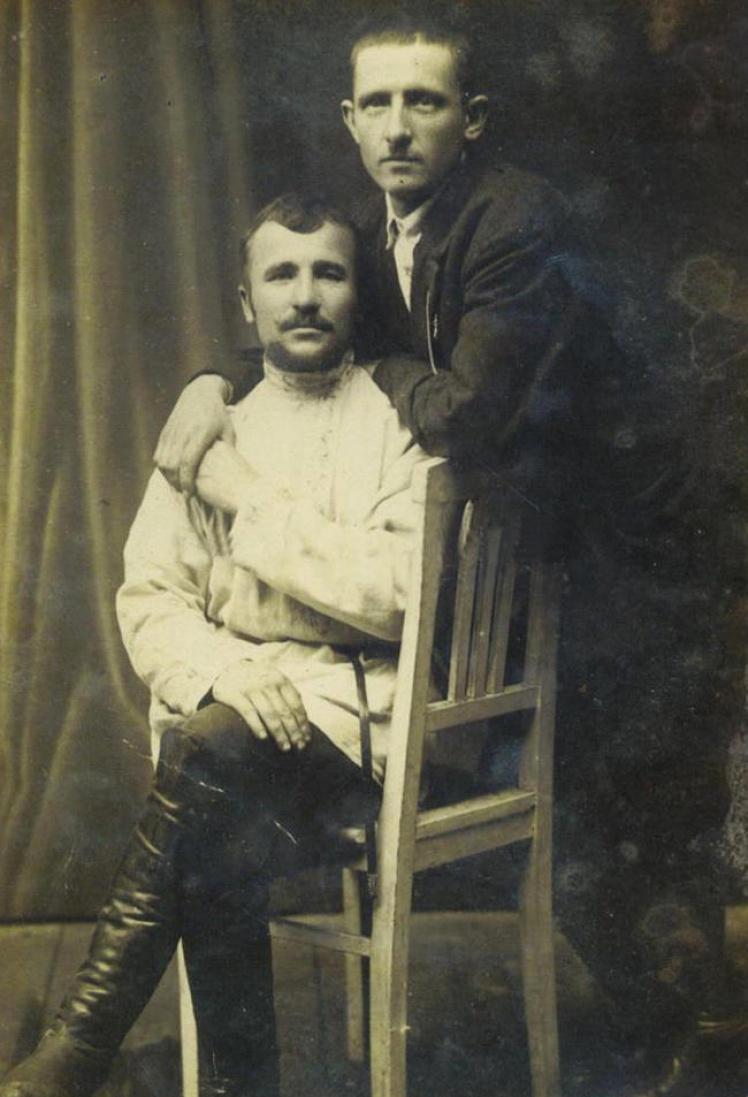 Представители сословия «простых» одного из петроградских гей-сообществ. Фото середины 1920-х годов.