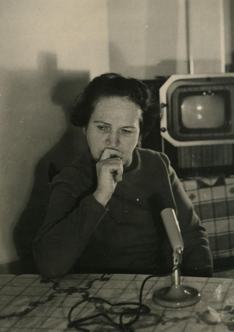 Діна Пронічева у себе вдома в Києві дає перше інтерв'ю — для журналу з Індії, 1949—1950 роки.