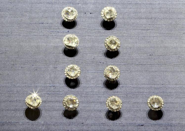 Украшенные бриллиантами пуговицы для юбки.