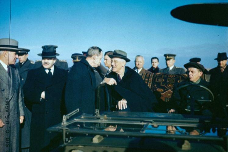 Советская делегация встречает Франклина Рузвельта на аэродроме в Саках, 3 февраля 1945 года.