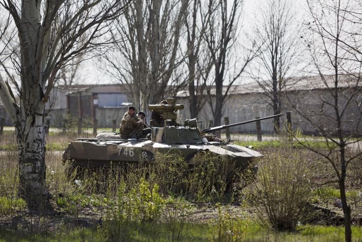Десантники ЗСУ тримають позицію біля аеродрому Краматорська, 18 квітня 2014 року.