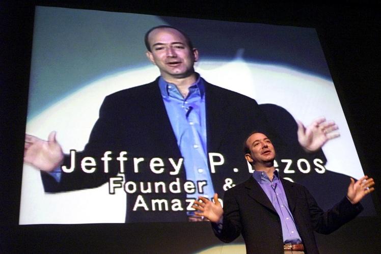 Джефф Безос выступает на конференции в Токио, 1 ноября 2000 года.