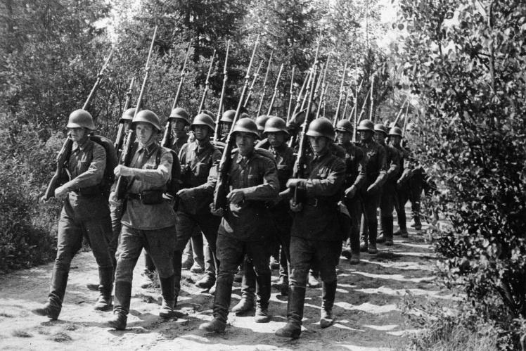 О 6-й годині ранку 17 вересня 1939 року близько 600 тисяч солдатів СРСР вторглися до Польщі зі сходу, в той час як більша частина польської армії намагалася стримати наступ німців із заходу. На фото: радянські солдати перетинають польський кордон, 17 вересня 1939 року.