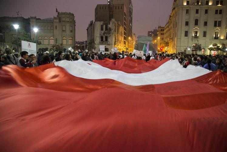 Протестувальники тримають гігантський прапор Перу під час демонстрації на підтримку розпуску Національного конгресу, Ліма, 3 жовтня 2019 року.
