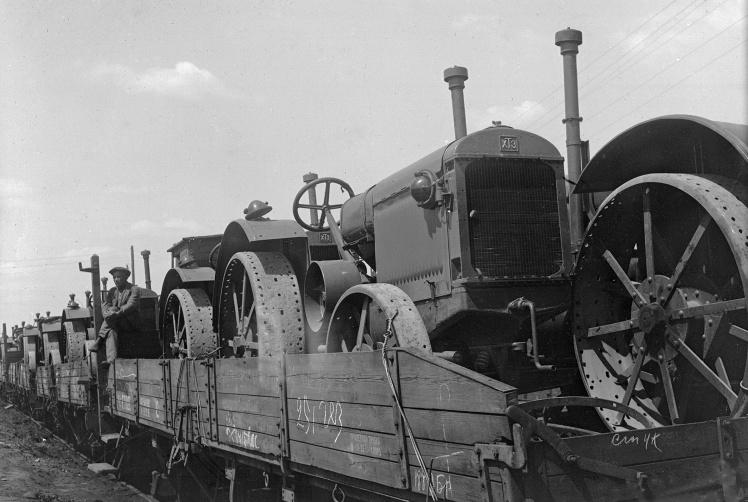 Колона тракторів ХТЗ перед відправкою на машинно-тракторну станцію в Київській області, 1932 рік.