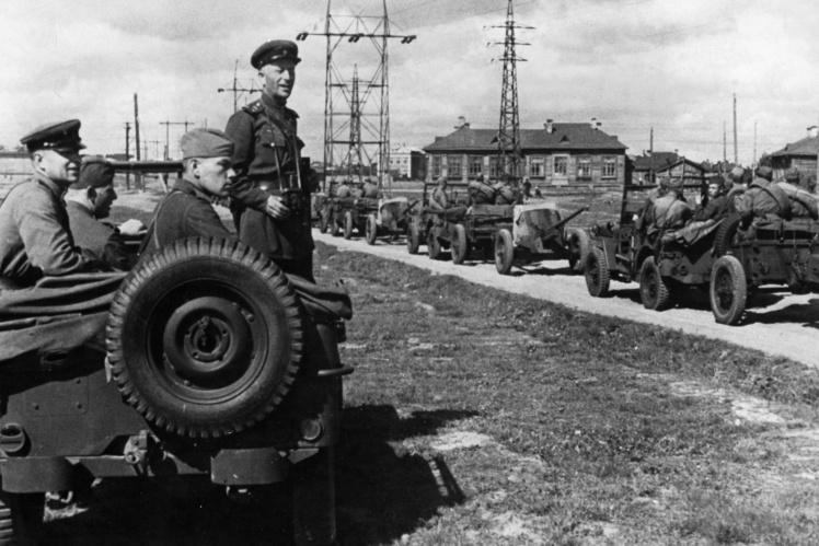Командир советского противотанкового батальона наблюдает за колонной, которая едет на американских джипах, присланных по ленд-лизу, 1943—1945 годы.