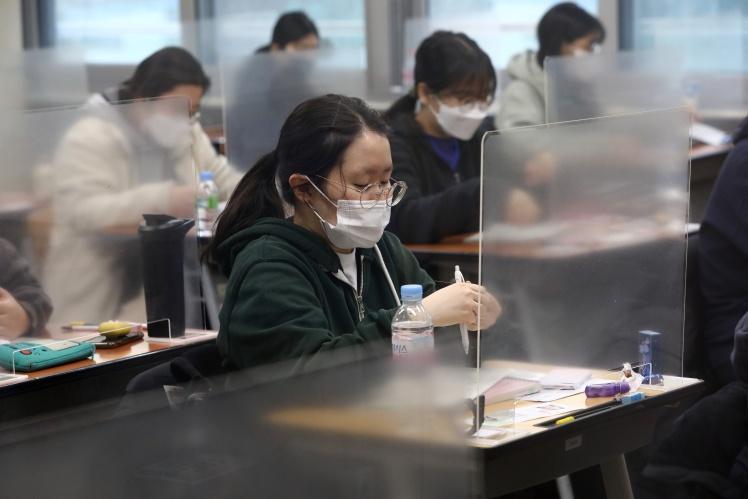 Старшеклассники Сеула сдают южнокорейский аналог ВНО в период пандемии коронавируса, 3 декабря 2020 года.