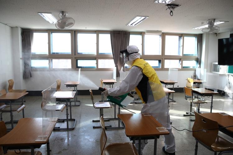 Дезинфекция класса в сеульской средней школе YoungSang, 1 декабря 2020 года.