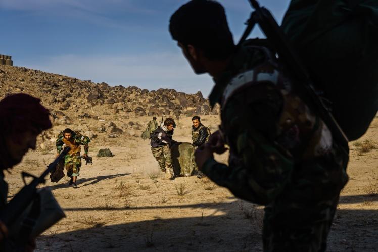 Афганські солдати відступають до гелікоптера Sikorsky UH-60 Black Hawk під обстрілом талібів у провінції Кандагар. Афганістан, 6 травня 2021 року.