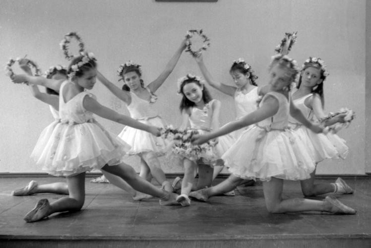 «Весняний танець» у виконанні учасниць балетного гуртка Київської жіночої середньої школи № 89, 1949 рік.