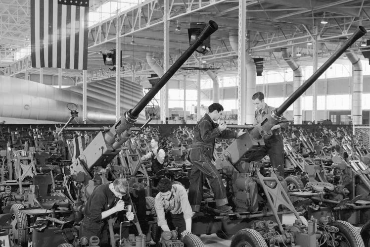 Робітники, які брали участь у масовому виробництві 40-мм зенітних артилерійських установок і лафетів Bofors на заводі Firestone у США під час Другої світової війни, 1943 рік.
