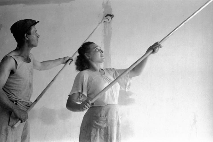 Рабочие Николаевского судостроительного завода, шефствующего над средней школой №37, на воскреснике по ремонту школы, Николаев, 2 июня 1946 года.