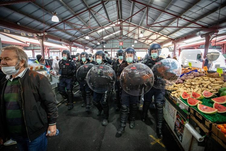 Поліція на ринку Королеви Вікторії під час протестів проти жорсткого карантину в Мельбурні, 13 вересня 2020 року.