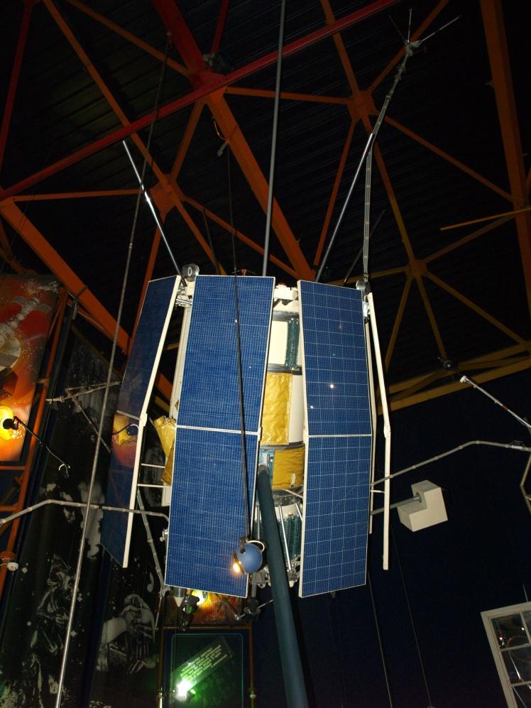 Макет штучного супутника Землі «Ореол-3». Його запустили в 1981 році, щоб дослідити верхні шари атмосфери Землі та природу північного сяйва.