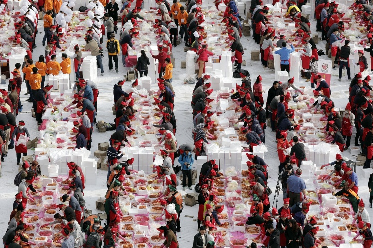 Фестиваль кимчи в Сеуле, готовые блюда потом раздают беднякам, 3 ноября 2017 года.
