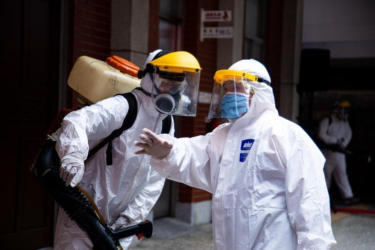 Тайванці у захисних костюмах дезінфікують вулиці та громадські місця.