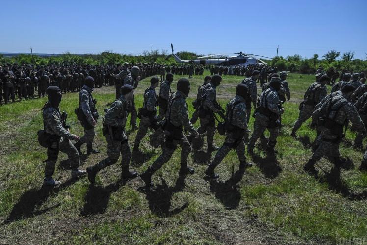 Бійці спецпідрозділу «Омега» Національної гвардії в районі Слов'янська, 7 травня 2014 року.