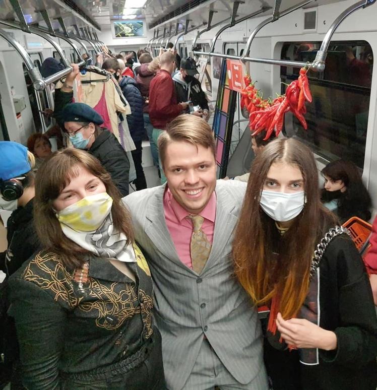 Участие в перформансе в метро приняли певица Jerry Heil и блогер Антон Шкуратов.