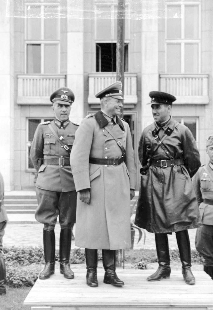 Генерал Гудеріан (у центрі) і комбриг Кривошеїн (праворуч) чудово розуміли один одного і вели бесіду без перекладача. Обидвоє добре знали французьку мову. Фото під час параду в Бресті, 22 вересня 1939 року.