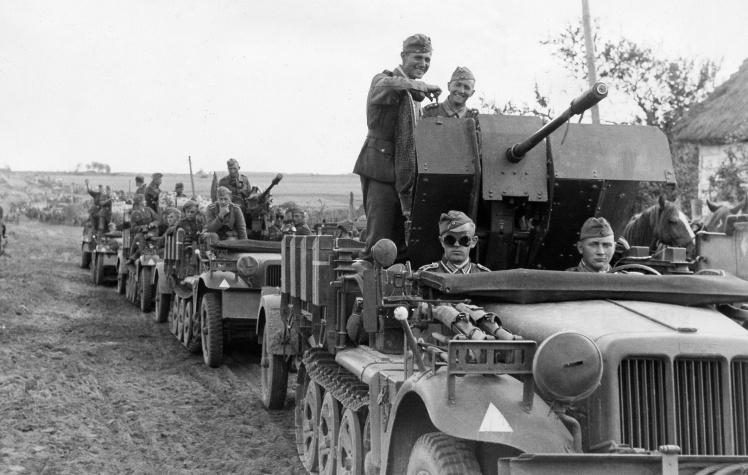 Колонна немецких моторизированных зенитных установок в районе Днепра, 25 августа 1941 года.