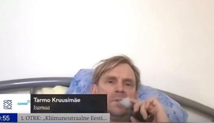 Естонський депутат під час обговорень клімату лежав у ліжку, курив електронну сигарету
