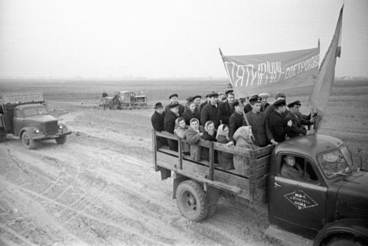 Колхозники колхоза «Путь к коммунизму» Малинского района (район упразднен 19 июля 2020 года) Житомирской области едут на субботник, 15 апреля 1972 года.