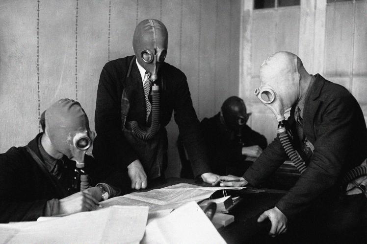 Конструктори Київського заводу сільгоспмашин «Червоний екскаватор» працюють у протигазах, 1936 рік.