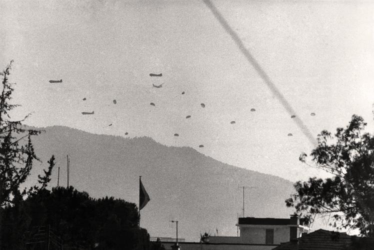 Висадка турецького десанту неподалік столиці Кіпру Нікосії, липень 1974 року. Місто досі розділене на грецьку та турецьку частини.