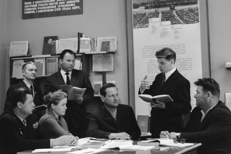 Завідувач кабінету політичної освіти Броварського міськкому КПУ КозійН.К. (другий праворуч) консультує пропагандистів, Бровари, 8 травня 1973 року.