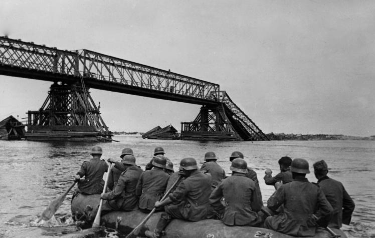 Немецкие солдаты форсируют Днепр, 10 сентября 1941 года.