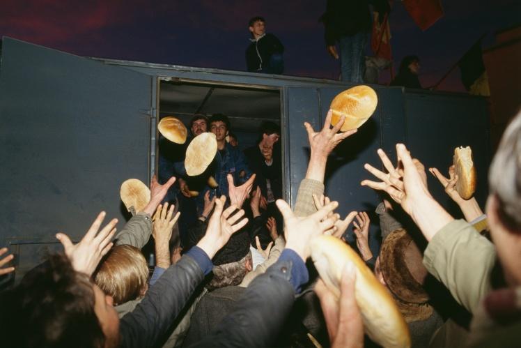 Хліб кидають у натовпі під час протестів у Тімішоарі, 22 грудня 1989 року.