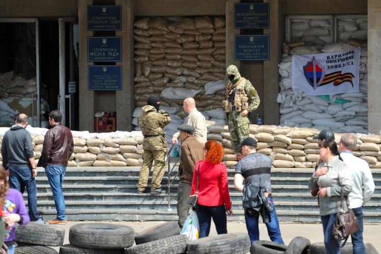 Бійці загону Ігоря Стрєлкова (Гіркіна) на східцях міськради Слов'янська, 16 квітня 2014 року.
